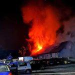 Pożar budynku mieszkalnego w gminie Łobżenica. Z ogniem walczyło kilka jednostek straży pożarnej