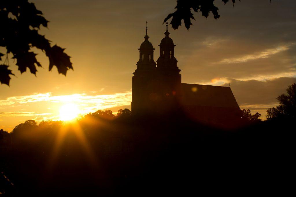 Archikatedra pw. Wniebowzięcia NMP w Gnieźnie o wschodzie słońca