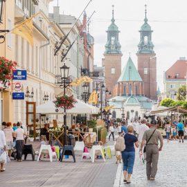 Deptak w Gnieźnie z katedrą w tle