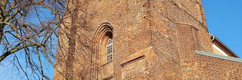 Kościół Narodzenia NMP w Pyzdrach. Zbliżenie na wieżę