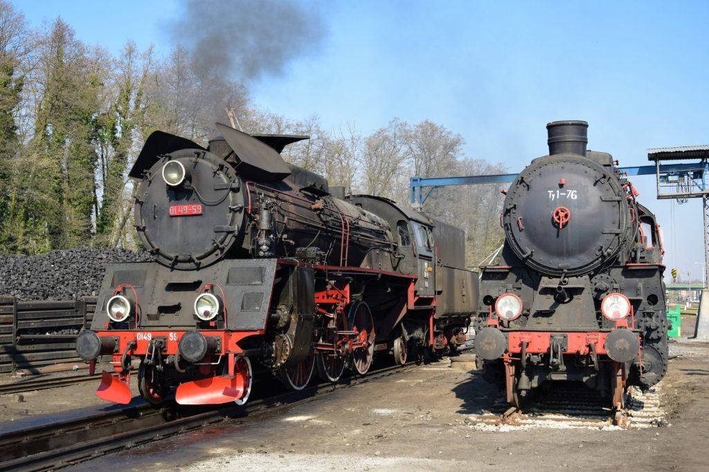 Dwie lokomotywy parowe w Parowozowni Wolsztyn
