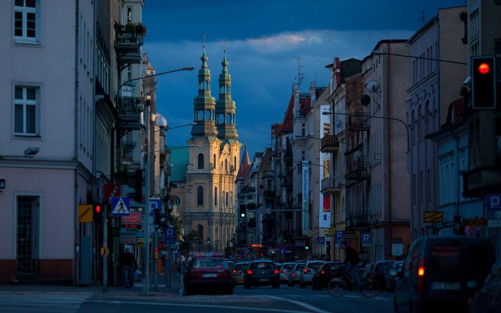 Ulice Poznania nocą.