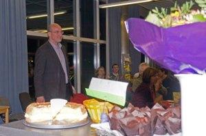 Schulleiter Klaus Brandl begrüßt die Gäste des Café Henriette