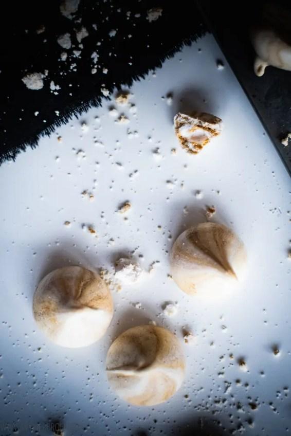 Orangen-Lakritz-Eton Mess, ein Schichtdessert aus gezuckerten Orangenfilets, fluffigen Lakritz-Baiser und Sahne / Orange Licquorice Eton Mess [wienerbroed.com]
