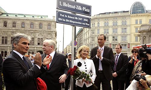 """APA2193671 - 20042010 - WIEN - …STERREICH: v.l.n.r Bundeskanzler Werner Faymann, BŸrgermeister Michael HŠupl, Witwe Dagmar Koller und Kulturstadtrat Andreas Mailath-Pokorny wŠhrend der EnthŸllung der stŠdtischen VerkehrsflŠche Albertinaplatz in """"Helmut-Zilk-Platz"""" am Dienstag, 20. April 2010, in der Wiener innenstadt... APA-FOTO: HERBERT PFARRHOFER"""