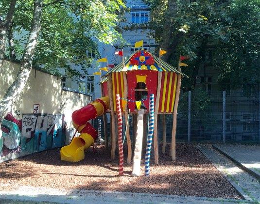 Spielplatz-Stumpergasse-Wien-mit-Kind