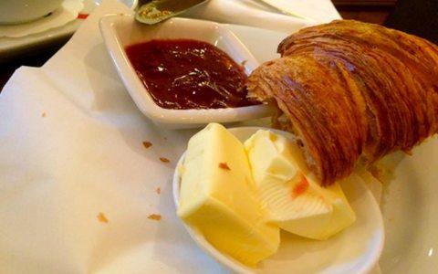 "Kleines Pariser Frühstück im ""Le Petit Belge"" in Wiesbaden. Handybild: Volker Watschounek"