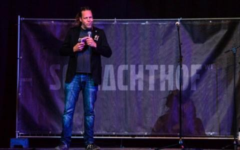 Moderator Jens Jekewitz auf der Schlachthofbühne
