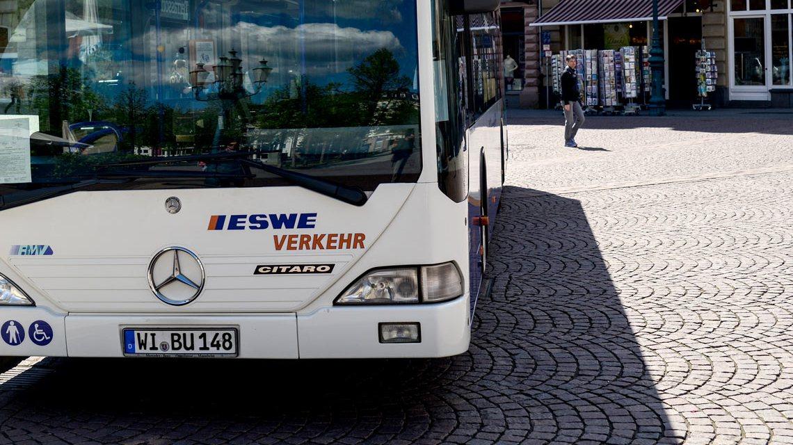 Linienbus der ESWE außer Plan. Ostermarkt. Foto: Volker Watschounek