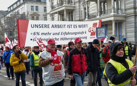 Demo über die Bahnhofstraße in Wiesbaden