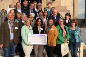 Der Deutsch-Amerikanische und Internationale Wiesbadener Frauenclub übergibt 18.100 Euro an…