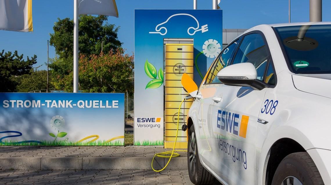 Nicht in der Garage, sondern öffentlich: E-Tankstelle von ESWE Versorgung. Bild: Lothar Rehermann