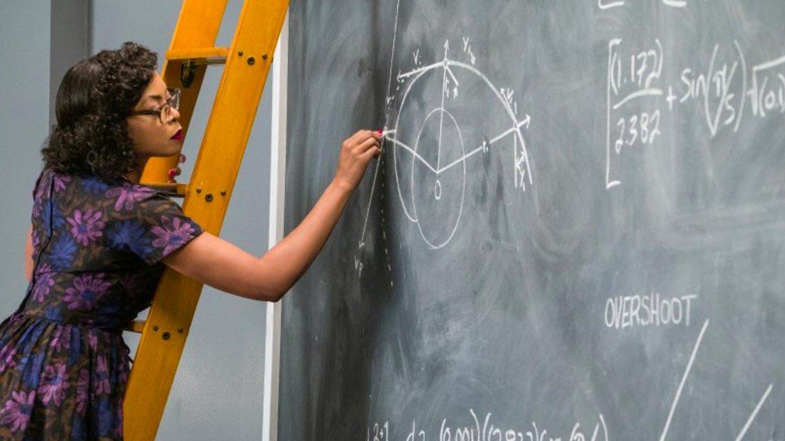 Katherine Johnson (Taraji P. Henson) bei der Berechnung von Flugbahnen für das Mercury-Programm. Foto: 20th Century Fox