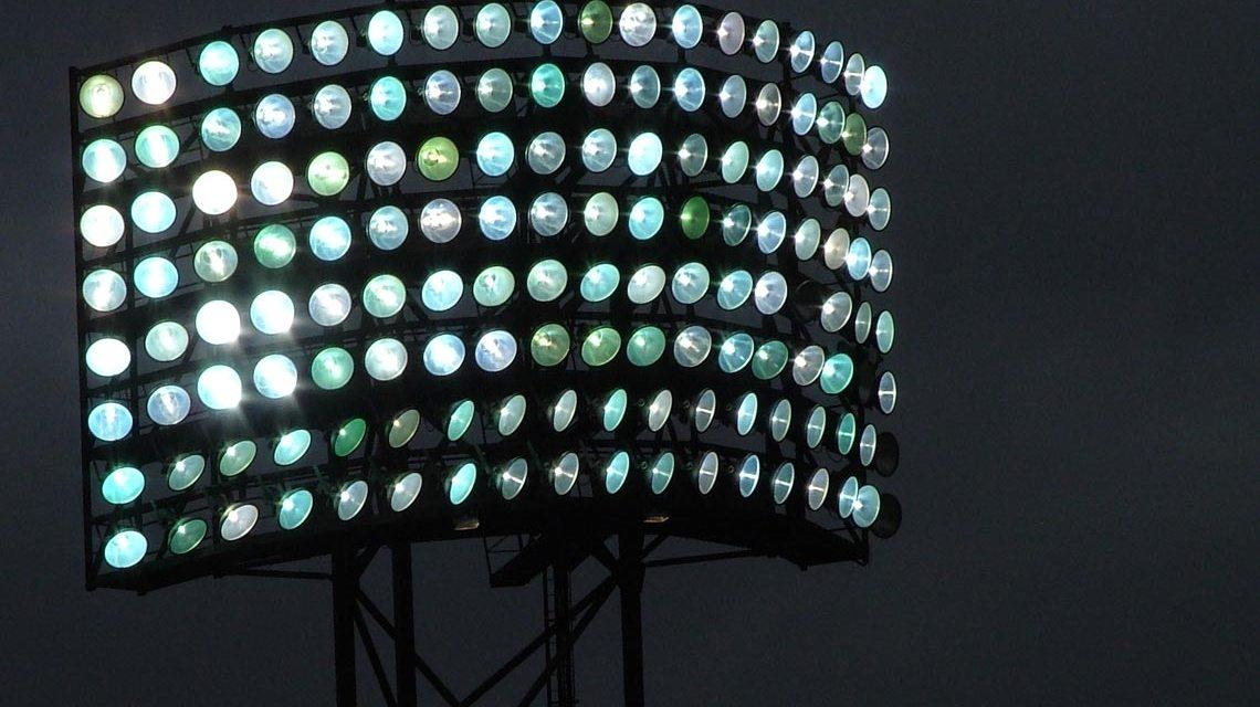 Fußball, Baseball, Football… wenn es draußen düster wird. Flutlicht unterstützt nicht nur den Profisport. Als Symbios wird es Mittel der Integration. Foto: schemmi / pixelio.de