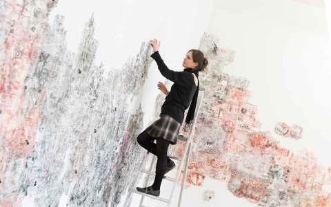 """Jenny Michel beim Aufbau ihrer Arbeit """"Traps"""" im Projektraum des Museums Wiesbaden. Foto: Museum Wiesbaden / Bernd Fickert"""