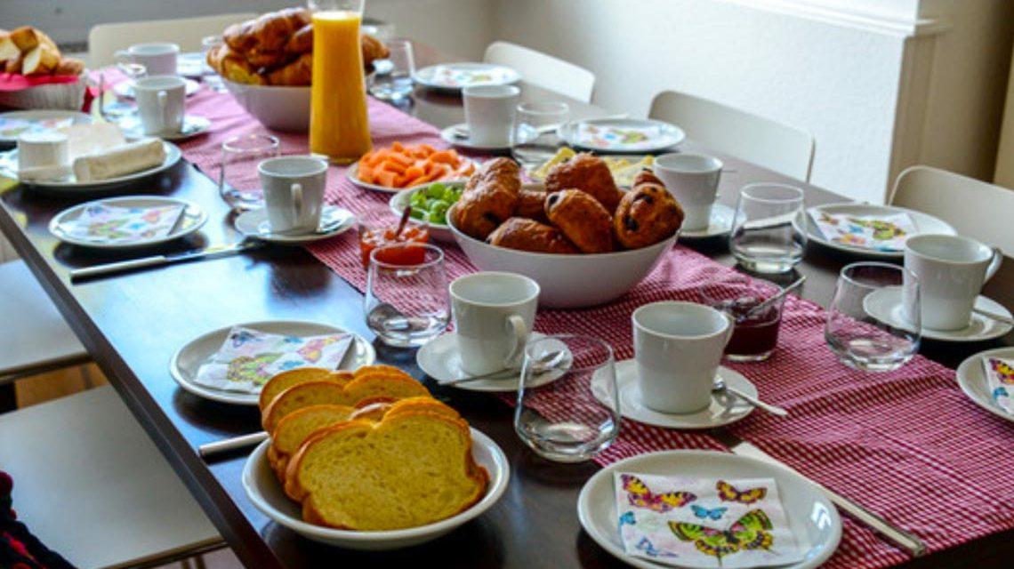 Der Tisch ist gedeckt, der Geist und Gastraum ist geöffnet. Foto: Volker Watschounek