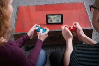 Elke und Julian zocken ein wenig. Bild: Nintendo Deutschland