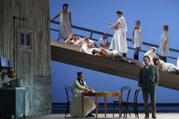 "Asmik Grigorian, Christopher Bolduc, Chor des Hessischen Staatstheaters Wiesbaden in ""Eugen Onegion"". Foto: Karl & Monika Forster"
