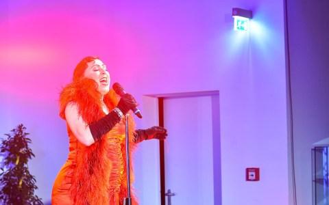 Miss Evi & das Tier sind die Botschafter des burlesken Entertainments. Die Bühne verzaubern sie ... Bild: Volker Watschounek