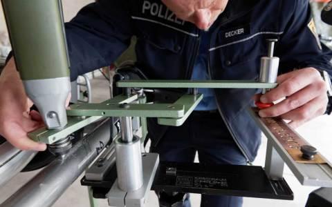 Polizeibeamter bei der Codierung eines Fahrrads. Bild: Ralf Brinkmannn