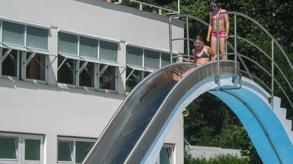 Die kleine Lena und die kleine Marie sind auf die Wasserrutsche hochgestiegen ... Bild: Voilker Watschounek