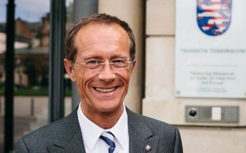 Staatsminister Axel Wintermeyer vor der Hessischen Staatskanzlei. Bild: Axel Wintermeyer