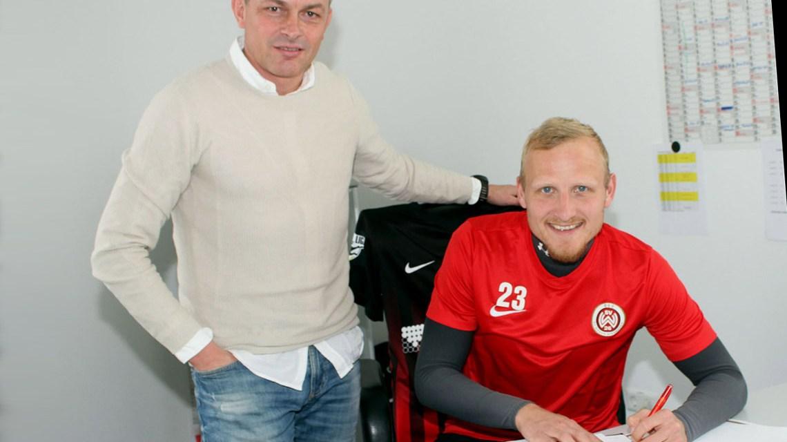Unterschrift unter den neuen Vertrag: Alf Mintzel (r.) mit Sportdirektor Christian Hock. Bild: svww.de