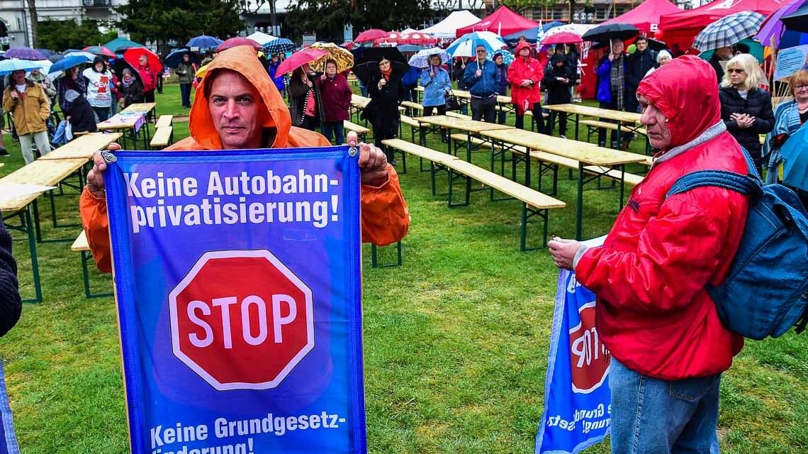 Verregnete Mai-Kundgebung in Wiesbaden auf dem Kranzplatz. Bild: Volker Watschounek