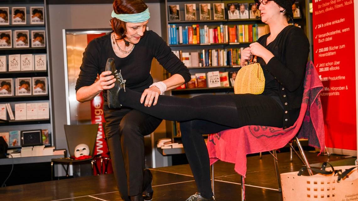 """Das Impro Theater """"Für Gaderobe keine Haftung"""" am 22.11.2014 bei Hugendubel, Wiesbaden, Kirchgasse, bindet das Publikum ein und inszeniert spontan einen Krimi.Bild: Volker Watscshounek"""