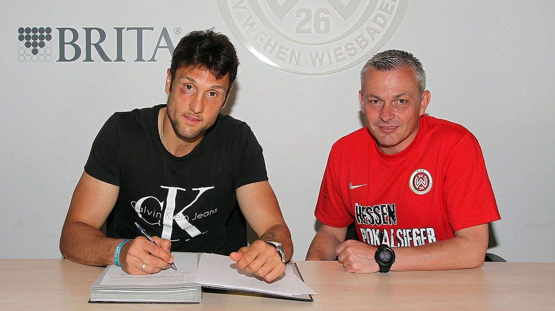 Unterschrift unter den neuen Vertrag (v. l.): Kevin Pezzoni und Sportdirektor Christian Hock. Bild: Severing/SVWW