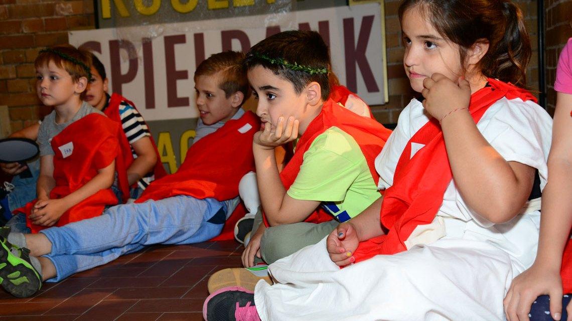 Kinder lernen spielerisch Gecshichte. Bild: Volker Watschounek