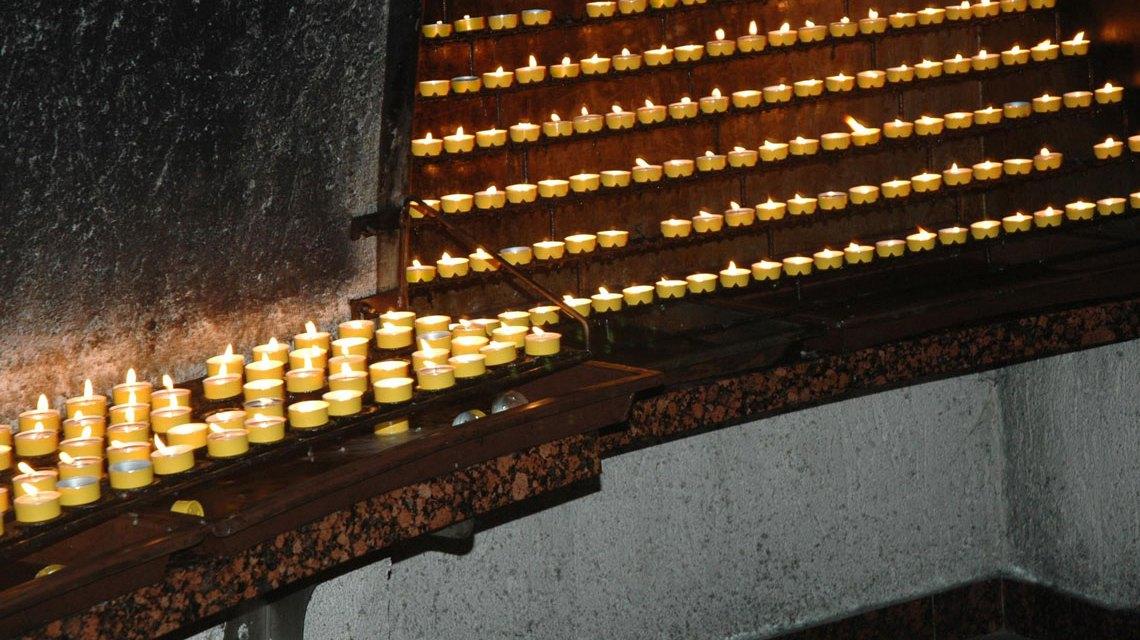 Opferkerzen in der Mariazeller Kerzengrotte. Bild: weisserstier / Flickr CC-BY