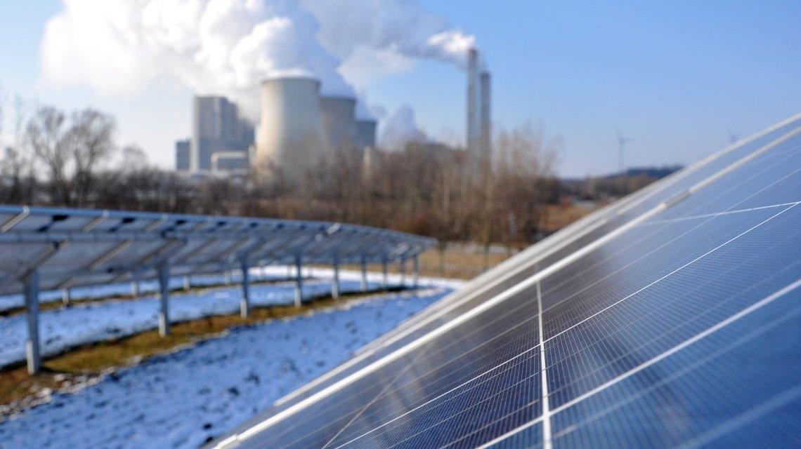 Solarpark Inden: Mit einer Leistung von 3,8 Megawatt-Peak (MWp) und 16.236 installierten Photovoltaik-Modulen einer der größten Parks in NRW. Bild: EnergieAgentur.NRW / CC-BY / Flickr