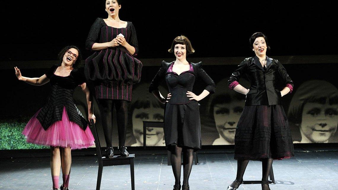 Katharina Konradi, Sonja Gornik, Celeste Haworth, Romina Boscolo in Falstaff. Bild: Martin Kaufhold / Staatstheater Wiesbaden