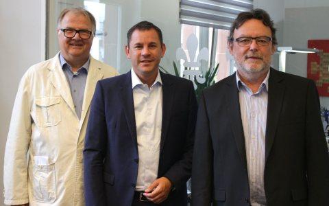 Ralph Schüler, Sven Gerich und Rainer Emmel bei der Vetragsunterzeichnung im Büro des Oberbürgermeisters. Bild: Stadt Wiesbaden