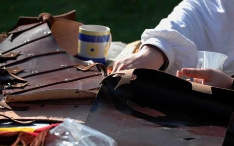 Leder ist nicht einfach zu verarbeiten. Spezielles Werkzeug hilft da ungemein. Im Reparire Café wir einem da geholfen. Bild: Cosmoflash - Flickr - BY-CC