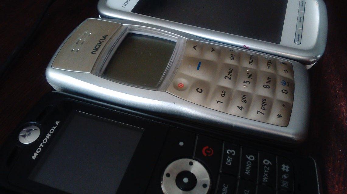 Wer kennt Sie nicht, die ausgedienten Geräte von Nokia und Motorolla. Bild: Flickr / Iwan Gabowitch