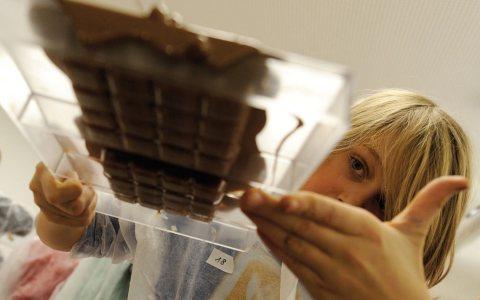 Ein prüfender Blick. Hannes, 10 Jahre, begutachtet seine selbsthergestellte Schokolade. Bild: Ritter Sport
