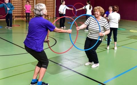 Freizeitspoirtkurse. Es geht weniger um Leistung, vielmehr um gemeinsamen Spaß. Sich einmal die Woche treffen um gemeinsam Sport u treiben. Bild: ©2017-8 Volker Watschounek