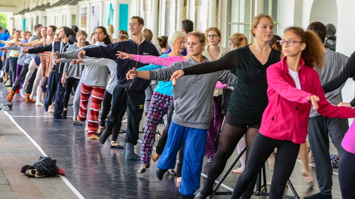 In den Kolonnaden des Staatstheaters kommen Wiesbadner zusammen um unter Anleitung des Ballettmeisters ein paar Übungen zu machen. Bild: Volker Watschounek