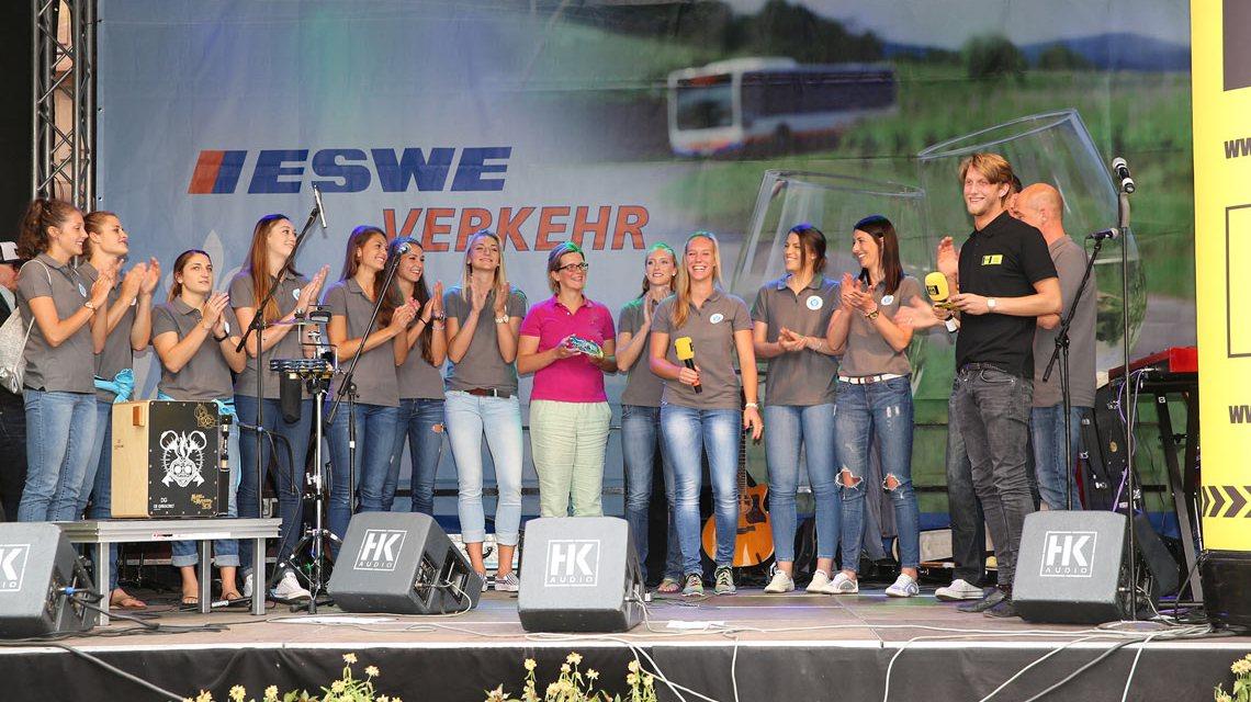 Die Bundesliga-Damen des VCW auf der Bühne der Rheingauer Weinwoche. Bild: Detlef Gottwald