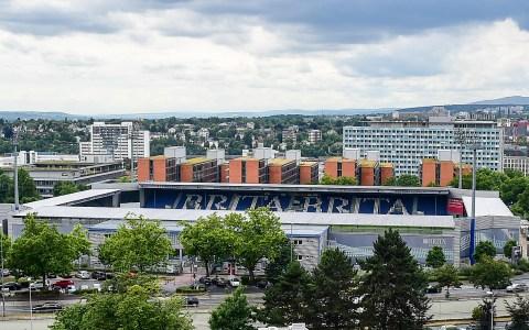 Die Heimat des SV Wehen Wiesbaden. Die Bria-Arena… Bild: Volker Watschounek