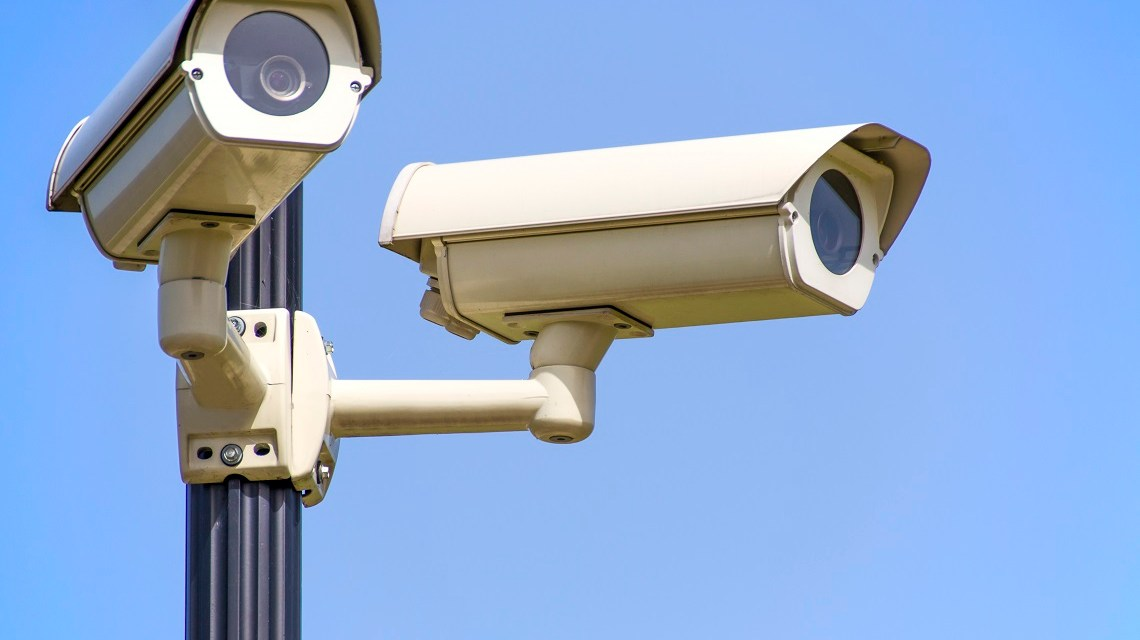 Isolated monitoring cameras on blue sky https://www.pexels.com/de/foto/uberwachung-cctv-sicherheitskameras-closed-circuit-television-96612/
