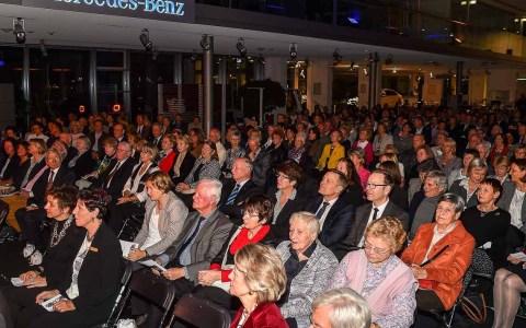 Voller Konzertsaal im Verkaufsraum von Auto Taunus. Bild: Volker Watschounek