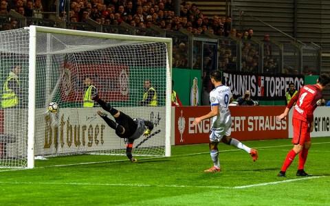 Schalke ist zu Gast in Wiesbaden. Mit dem 5:0 asu Würzburg im Rücken, spielen die Wiesbadener auf Augenhöhe mit. ©2017 Volker Watschounek