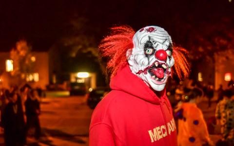 """Halloween: """"Trick or treat"""". So viele waren selten in der Aukamm Siedlung der Amerikaner unterwegs. Bild: ©2017 Volker Watschounek"""
