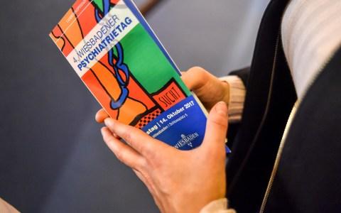Vierter Psychiatertag im Wiesbadener Rathaus: Zahlreiche Infostände, Fachvorträge und Austausch auf allen Ebenen. Bild: Volker Watschounek