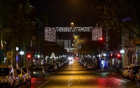 In den Wochen vor Weihnachten wirken Wiesbadens Straßen nur nachts so ruhig. @2017 Volker Watschounek