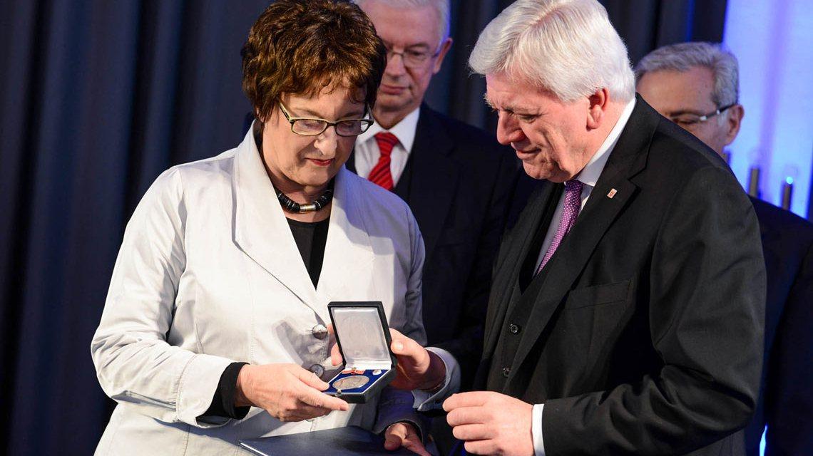 Ministerpräsident Volker Bouffier überreicht Bundesministerin Brigitte Zypries die Wilhelm-Leuschner Medaille. ©2017 Staatskanzlei