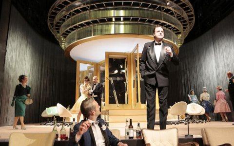 "Janning Kahnert, Michael Birnbaum, Ensemble in ""Der ideale Ehemann"" ©2017 Paul Leclaire / Hessisches Staatstheater"